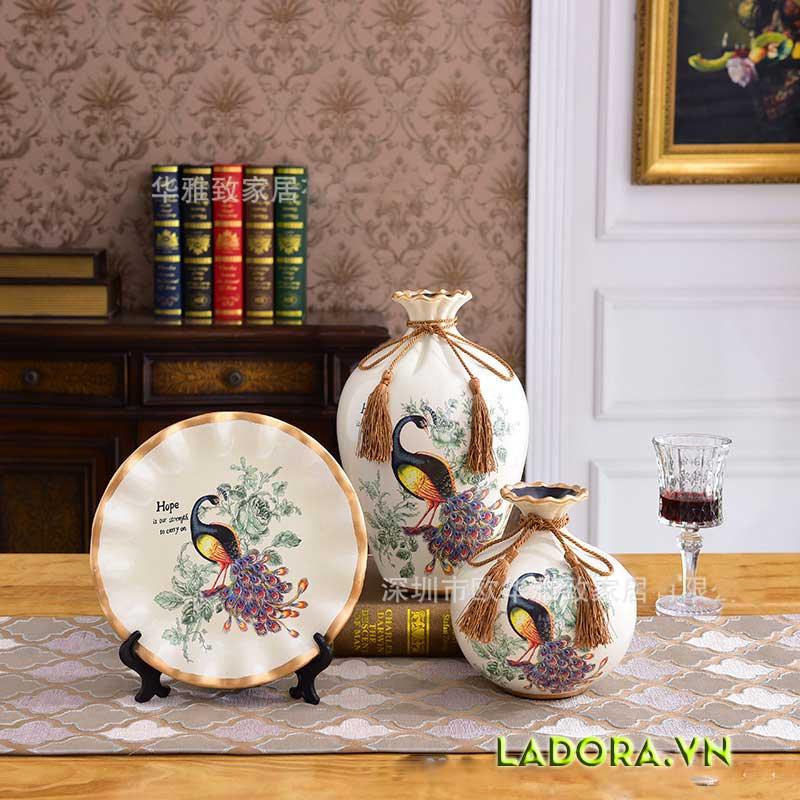 trang trí phòng khách đẹp và hạnh phúc với bình gốm chim công