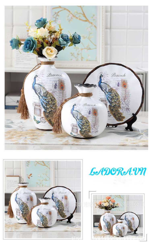 Vẻ đẹp kiêu sa của con chim công trên bộ bình gốm trang trí phòng khách đẹp