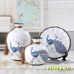 đồ trang trí phòng khách đẹp với bình gốm chim công