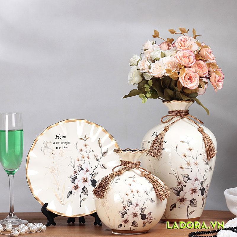 Cây hoa đẹp tươi đầy sức sống trên bộ bình gốm trang trí phòng khách