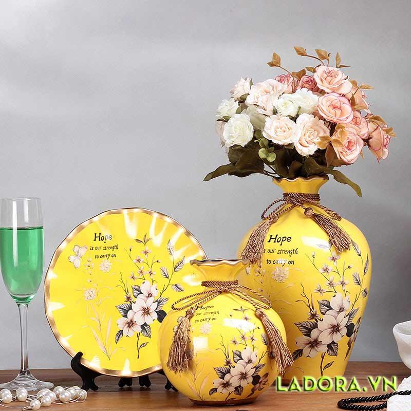 Bạn có thích trang trí phòng khách màu vàng với bộ bình hoa này
