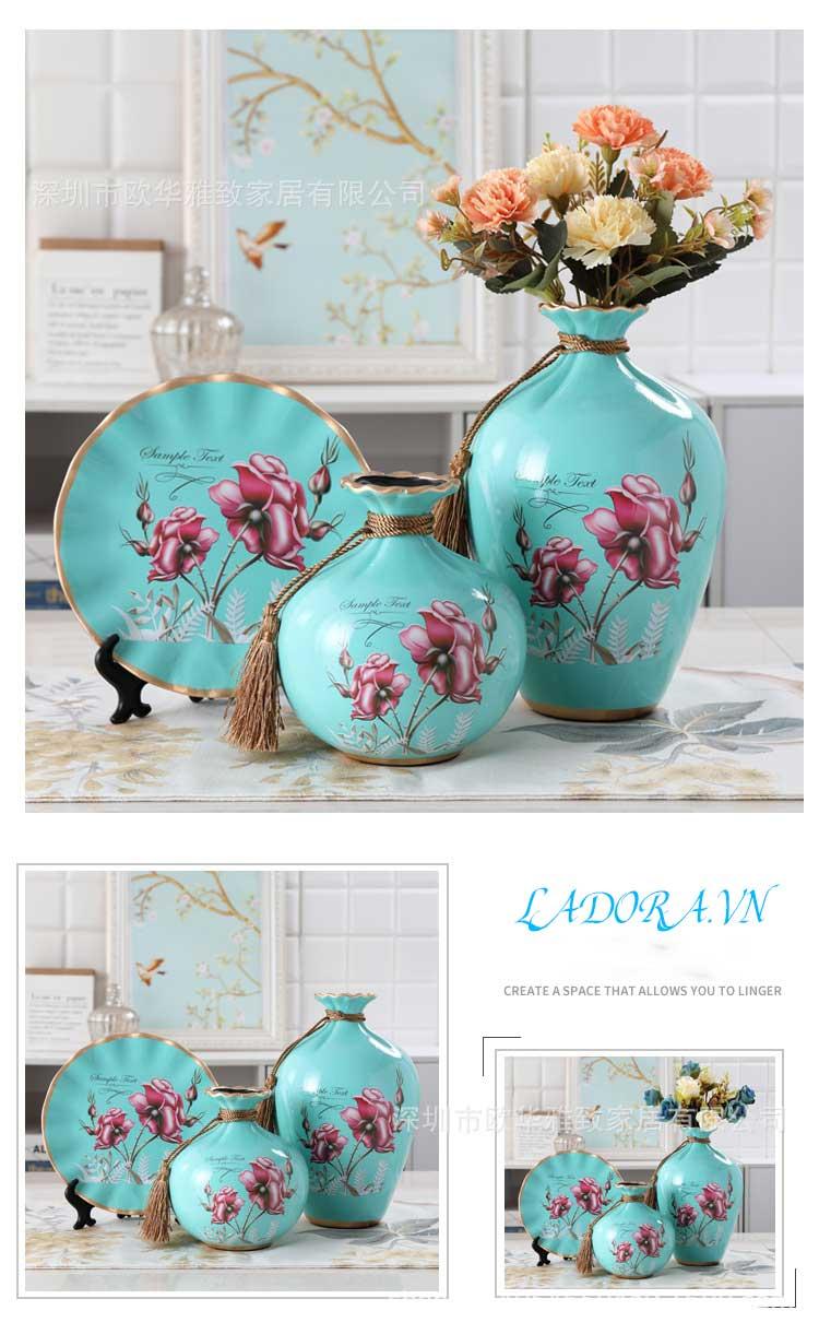 Hoa hồng trên bình gốm sứ màu xanh hải quân trang trí phòng khách