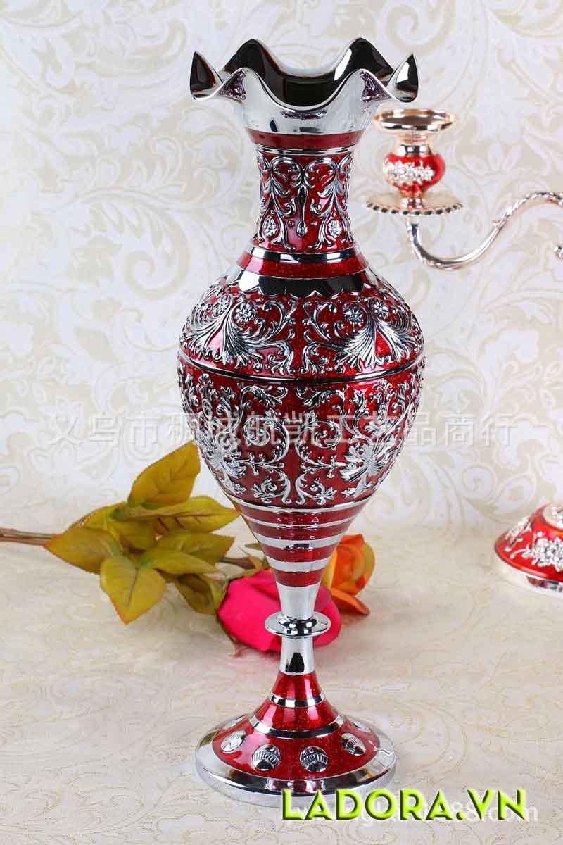 Đồ trang trí phòng khách tinh tế, sang trọng với bình hoa trang trí theo phong cách châu Âu