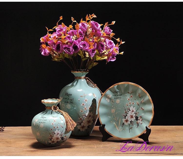 trang trí phòng khách với bình hoa gốm sứ tại Ladora