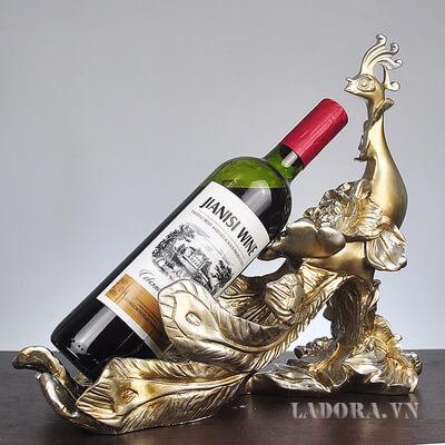 Kệ rượu vang chim công Là món đồ sang trọng và độc đáo trong phòng khách