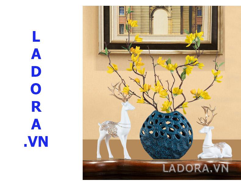 trang trí tủ phòng khách với ladora.vn