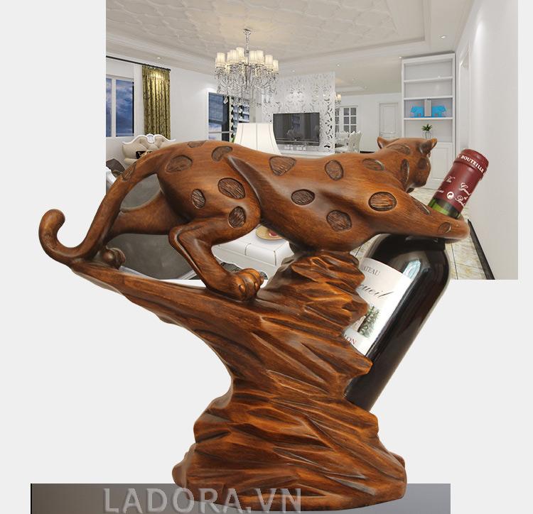 bạn sẽ mạnh mẽ va quyết đoán hơn với giá rượu vang báo đốm trên bàn làm việc