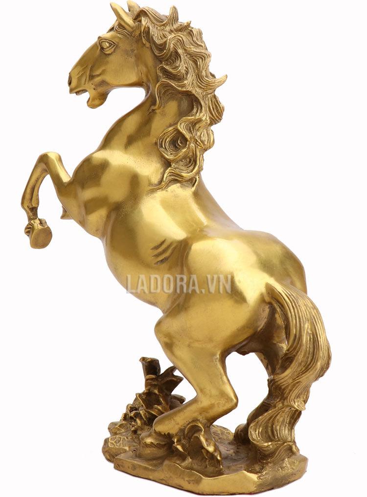 bài trí tượng ngựa với tượng phong thủy khác sẽ hiệu quả hơn