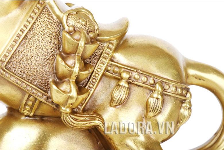 tiền vàng có khắp nơi trên thân ngựa