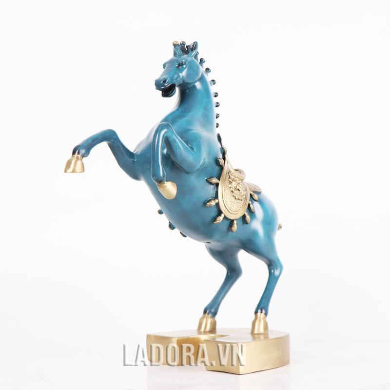 bài trí tượng ngựa trong phòng khách hoặc bàn làm việc