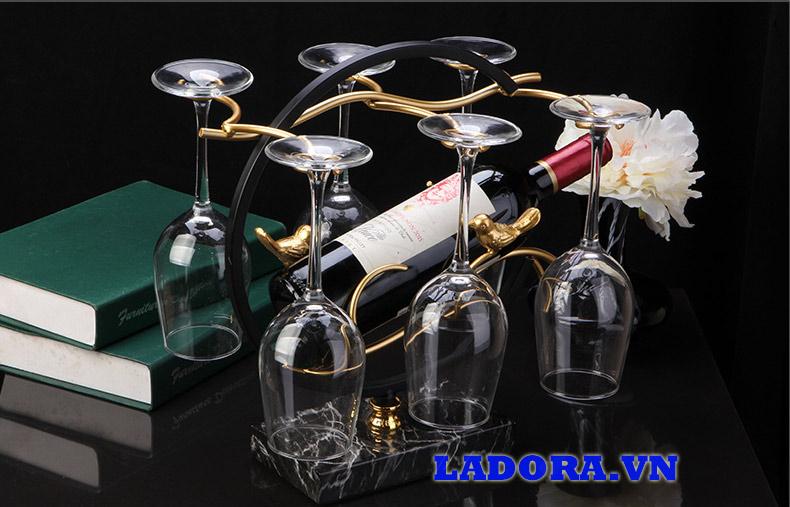 thưởng thức rượu vang bên chiếc giá sang trọng - shop đồ decor tại hà nội