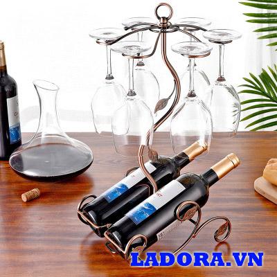 giá treo ly và để rượu tại cửa hàng bán đồ trang trí nhà ladora