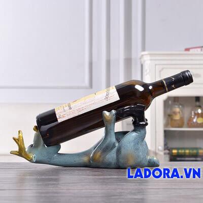 kệ để rượu vang tại cửa hàng bán đồ trang trí nhà ladora