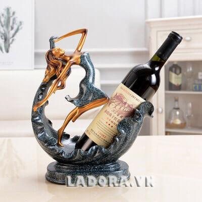 kệ rượu vang trang trí tại cửa hàng bán đồ trang trí nội thất ladora