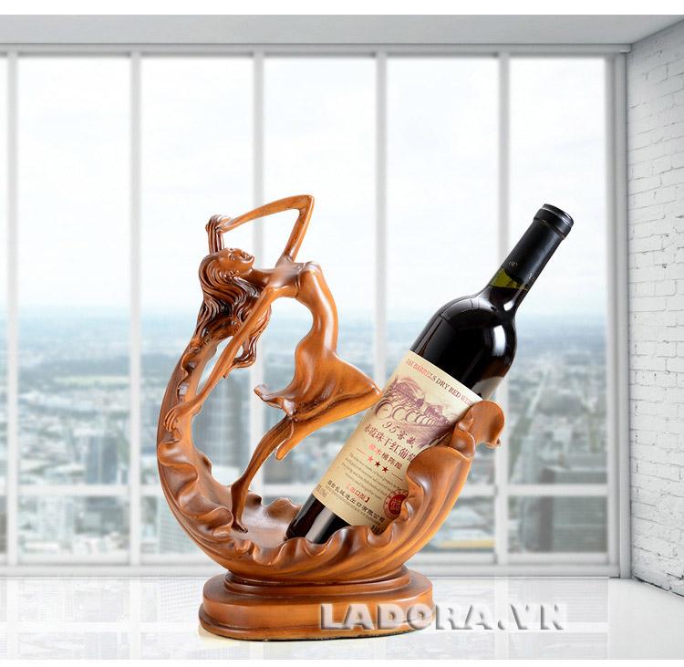 kệ rượu vang nghệ thuật thiếu nữ múa tại Ladora