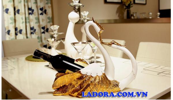 kệ để rượu vang đôi chim thiên nga làm quà cưới đẹp tại Ladora Shop