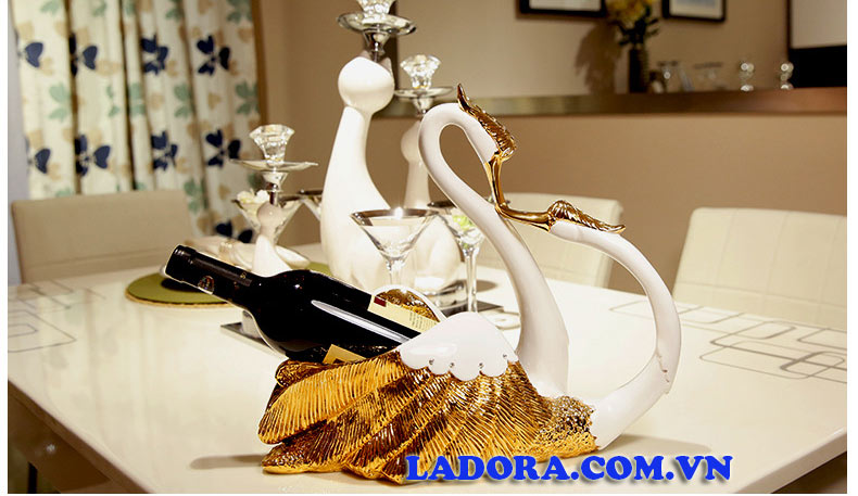 kệ để rượu vang đôi chim thiên nga tại Ladora Shop
