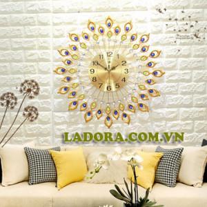 đồng hồ treo tường chim công trang trí phòng khách tại ladora.com.vn