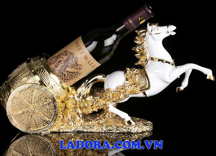 kệ để rượu vang tuấn mã kéo rượu vang như mang đến một món quà tốt lành cho gia chủ - ladora shop